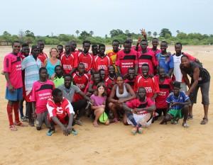 L'équipe de foot avec des bénévoles de mission