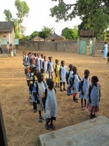 Les élèves de primaire de Notre Dame des îles attendent sagement l'entrée en classe