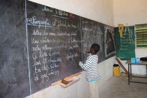 Un jeune élève au tableau à l'école primaire publique de Mar Lodj